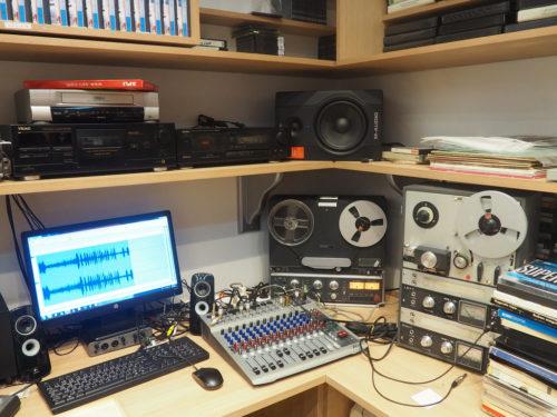 Dispositif de numérisation d'archives sonores: magnétophones à bobines, table de mixage, ordinateur.