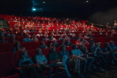 Vue d'une salle de cinéma, durant une projection.