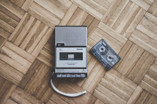 Photographie d'un appareil enregistreur à cassettes.
